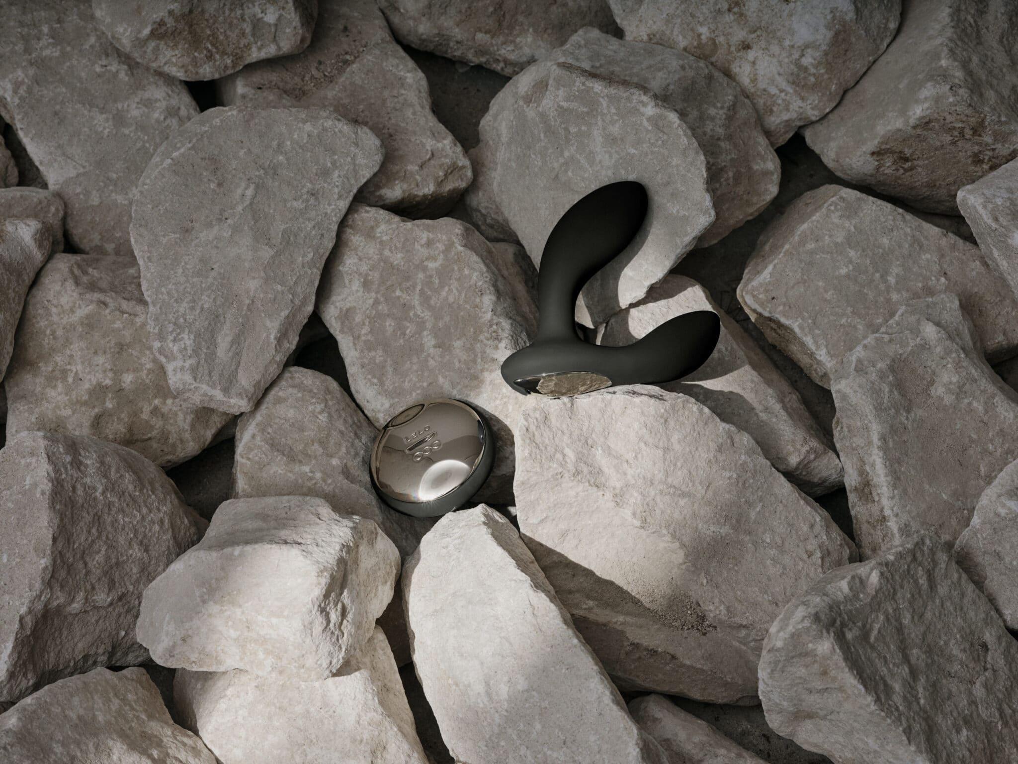 lelo hugo between rocks