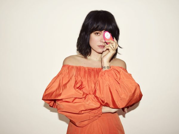 lily allen holding the Womanizer Liberty lily allen